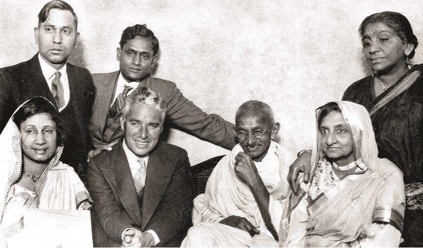 1931, Gandhi con l'attore Charlie Chaplin (Alamy).
